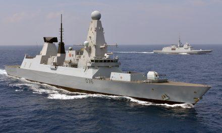 Britisk krigsskip ble truet med skudd og bomber